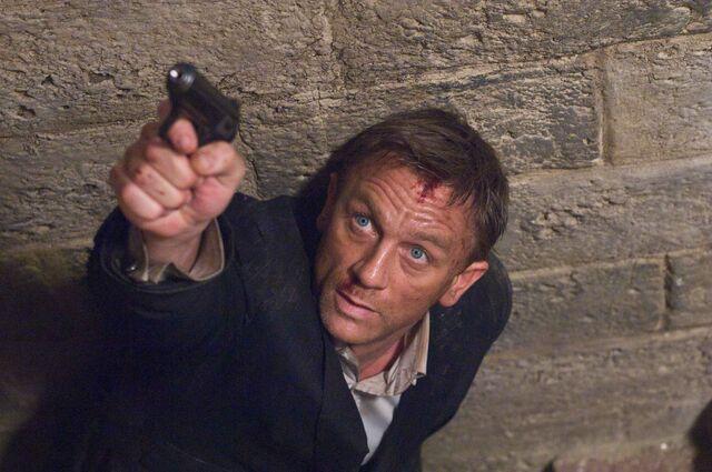 File:Quantum of Solace - Bond 12.jpg