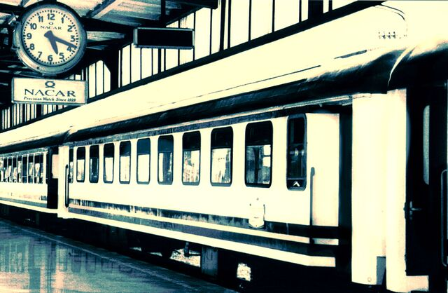 File:Train by overpacket.jpg