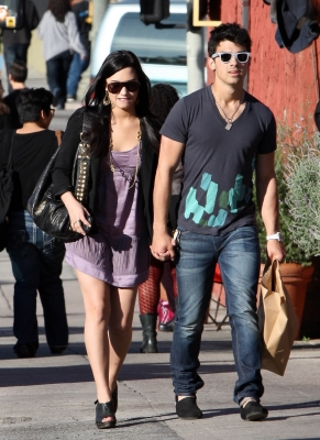 File:Joe-jonas-and-girlfriend-demi-lovato-holding-hands-pic.jpg