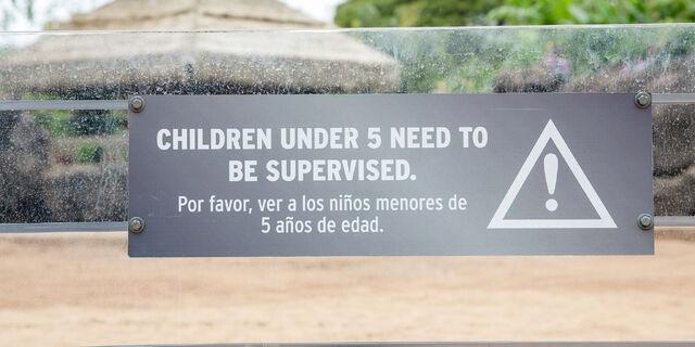 File:Gentle-giants-petting-zoo-supervised-signage.jpg