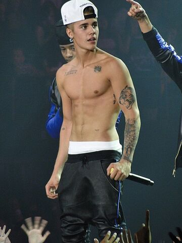 File:Justin Bieber performing shirtless Valley View Casino center in San Diego, California 1.jpg