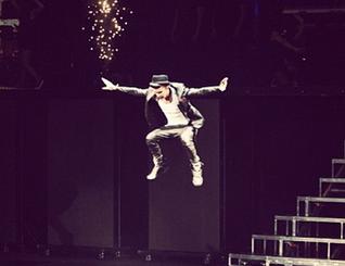 File:Justin-bieber-salto-palco-o2-arena-dublino-believe-tour-e1361286167343.png