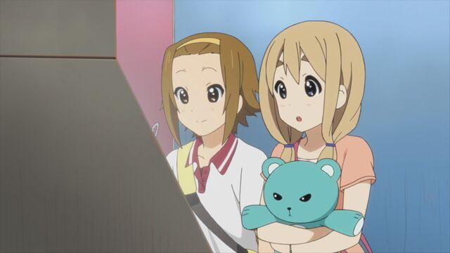 File:Ritsu Tsumugi and Teddy.jpg