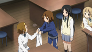 Ritsu fixed Yui's shirt