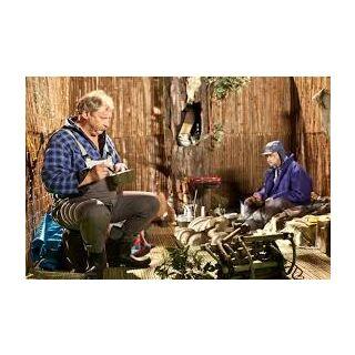 Domek na drzewie w wewnątrz. Marian i Ferdek jedzą obiad.