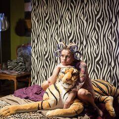 Jolanta leży w sypialni. Pokój obok nigdy nie został pokazany w innych odcinkach.