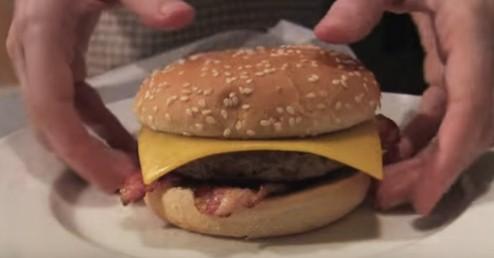 File:Hamburguesa con queso y tocino y salsa de gallo.jpg