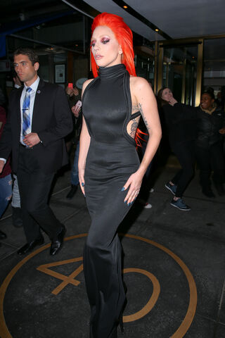 File:2-17-16 Leaving her apartment in NYC 004.jpg