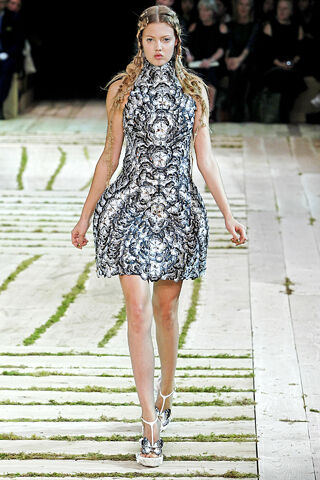 File:Alexander McQueen - Spring-Summer 2011 RTW Collection 005.jpg