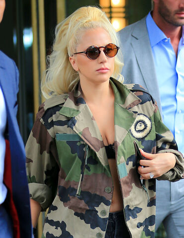 File:7-26-15 Leaving her apartment in NYC 005.jpg