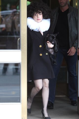 File:6-11-14 Leaving her apartment in NYC 003.jpg