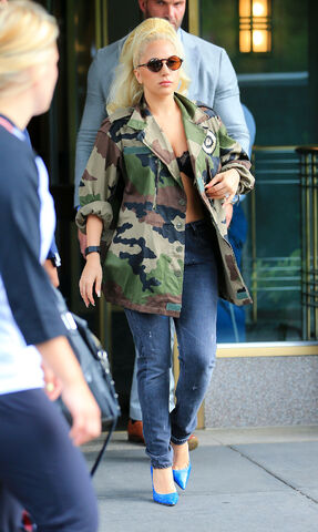 File:7-26-15 Leaving her apartment in NYC 004.jpg