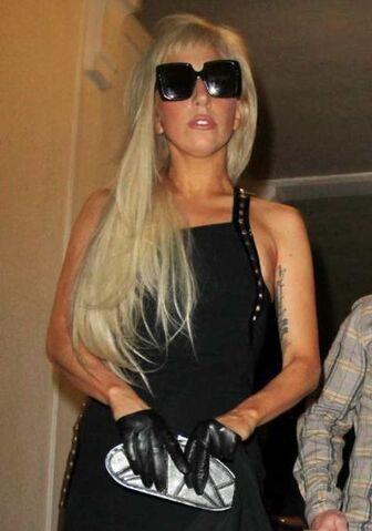 File:8-12-11 Leaving La Maison de Fashion in LA 002.jpg