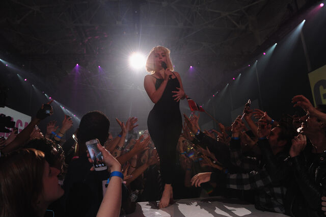 File:11-10-13 ArtRAVE Performance 002.jpg