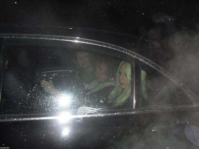 File:12-5-10 Leaving her concert 001.jpg