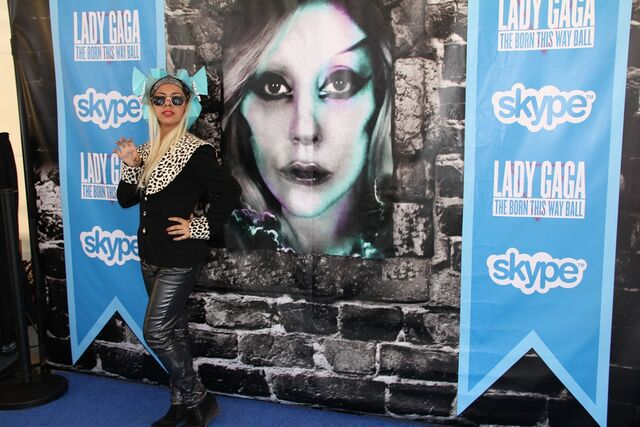 File:Skype Blue carpet 005.jpg