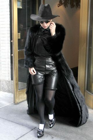 File:2-20-14 Leaving her apartment in NYC 001.jpg