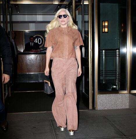 File:12-10-15 Leaving her apartment in NYC 001.jpg