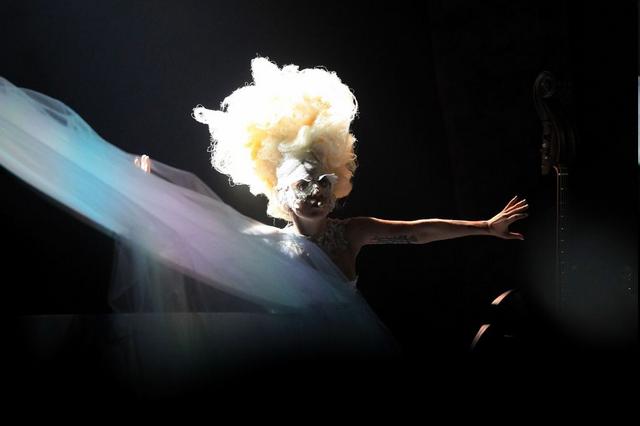 File:2010 BRIT Awards performance 002.png