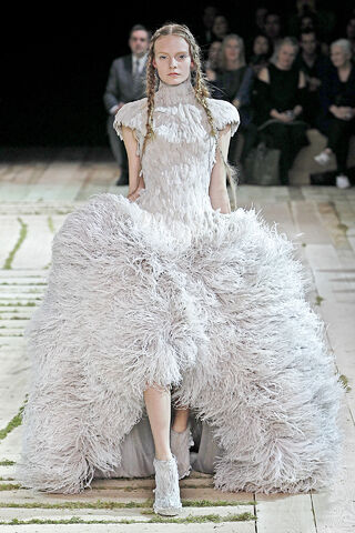 File:Alexander McQueen - Spring-Summer 2011 RTW Collection 003.jpg