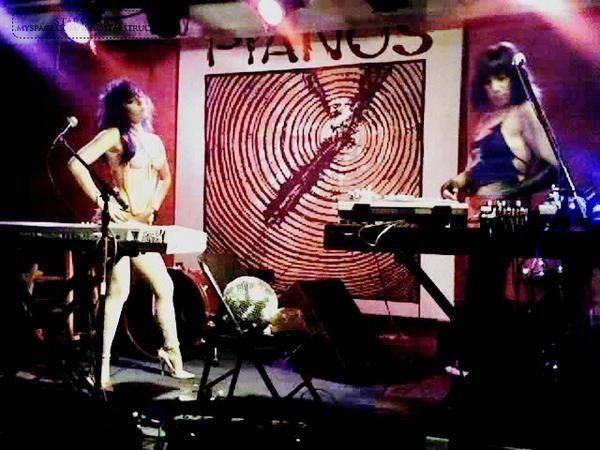File:6-1-07 At Pianos Bar Lounge 001.jpg