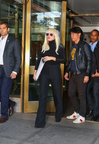 File:10-20-15 Leaving her apartment in NYC 001.jpg