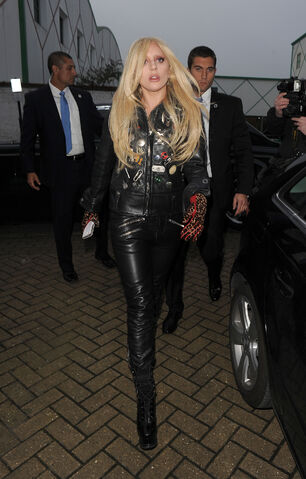 File:11-23-15 Arriving at Music Studios in London 001.jpg