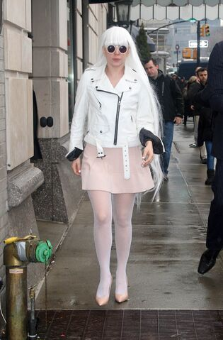 File:2-19-14 Arriving at her apartment 002.jpg
