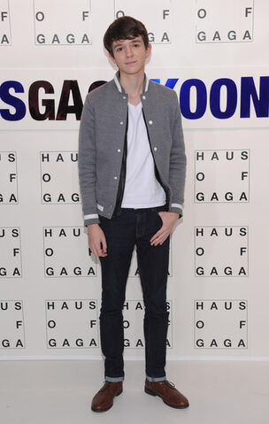 File:11-10-13 Madeon at artRave white carpet 001.jpg