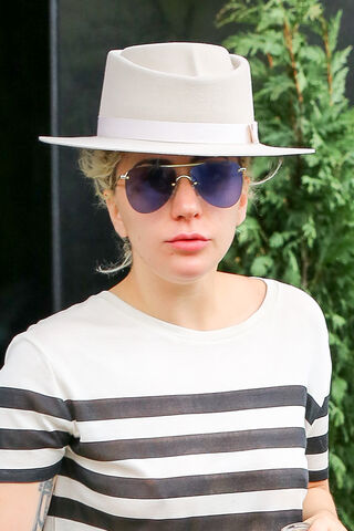 File:5-2-16 Leaving her apartment in NYC 003.jpg