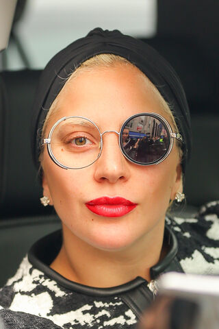 File:11-2-15 Leaving her apartment in NYC 003.jpg