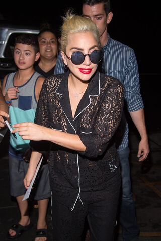 File:8-16-16 Arriving at her apartment in NYC 002.jpg