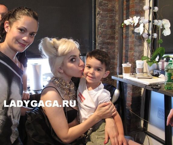 File:Supreme x Gaga 5521326145.jpg