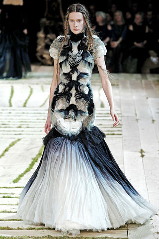 File:Alexander McQueen - Spring-Summer 2011 RTW Collection 001.jpg
