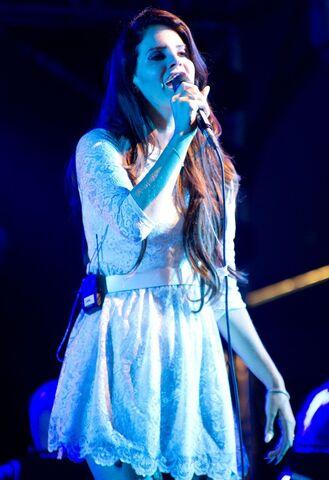 File:Lana-del-rey-latitude-festival-2012-day-1-07.jpg