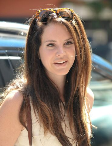 File:Lana Del Rey - Booty in jeans2C out and about in Manhattan - 9 4 14 013.jpg