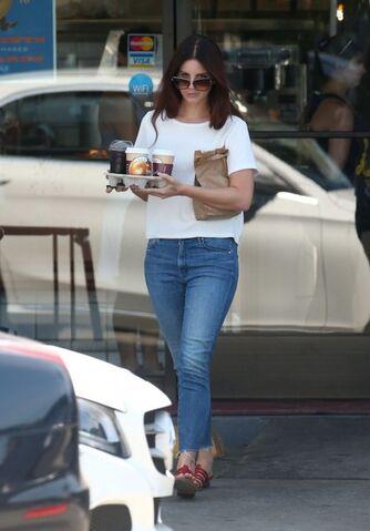 File:Lana+Del+Rey+Stops+Western+Bagel+9A6UIatecGVl.jpg