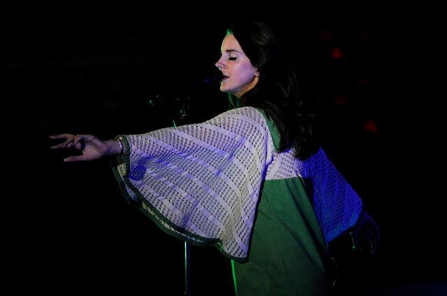 File:01 Lana Del Rey Red Rocks-XL.jpg