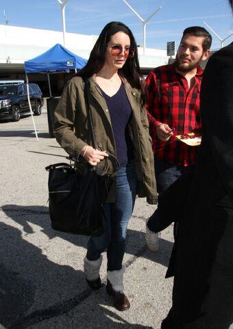 File:Lana-del-rey-at-lax-airport-january-2016-9.jpg
