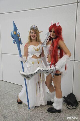 File:JAlbor Gamescom Janna and Kat.jpg