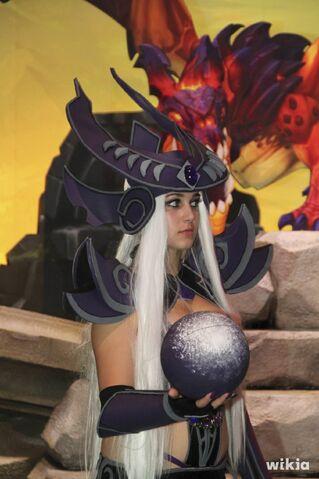 File:JAlbor Syndra Gamescom Cosplay 1.jpg