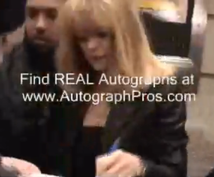 File:Goldie Hawn Signing autographs.PNG