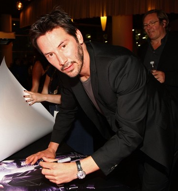 File:Keanureevessigningautographs.PNG
