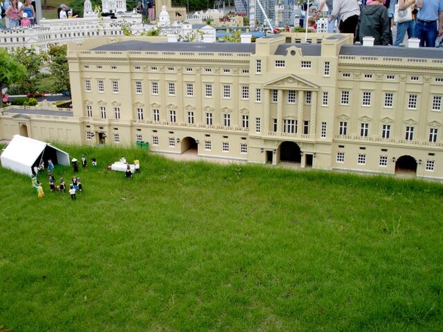 File:Lego Buckingham Palace 1.jpg