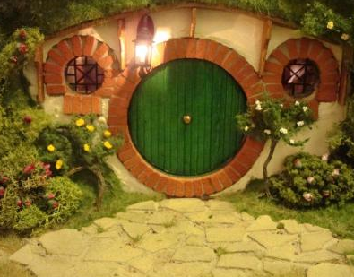 File:Bilbo's hobbit hole - front door.png