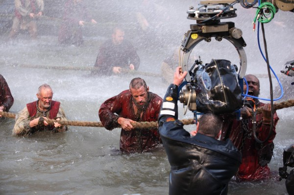 File:Les-miserables-hugh-jackman-movie-image-set-photo-2-600x399.jpg