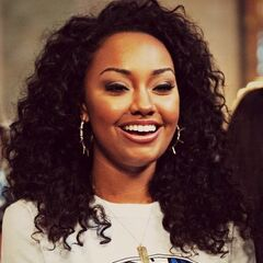 Leigh Anne's curly short hair in afro style