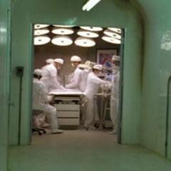 A sala de exames sendo preparada para a cirurgia