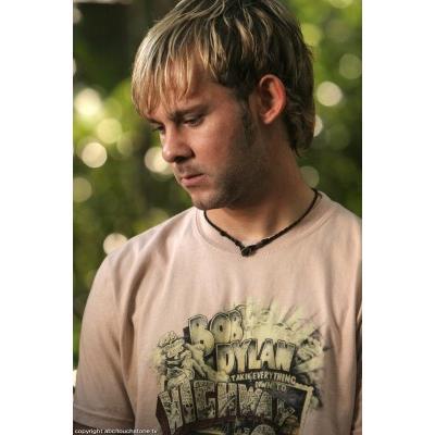 Archivo:3x10-tshirt-charlie.jpg
