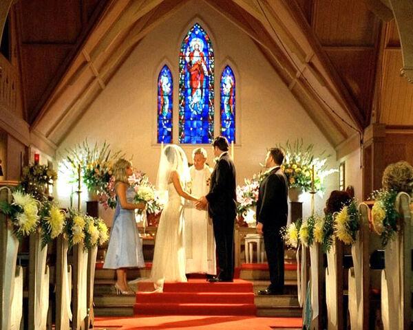 ملف:Ido-kate-in-church.jpg